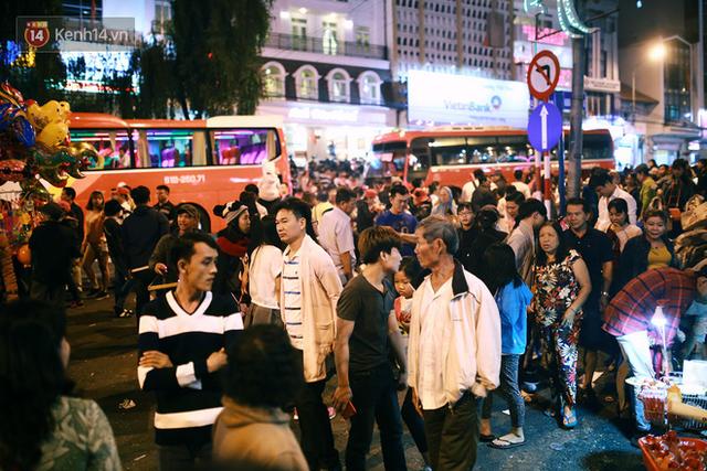 Đà Lạt chật kín du khách và phương tiện, các ngả đường ùn tắc kinh hoàng tối 30/4 - Ảnh 1.