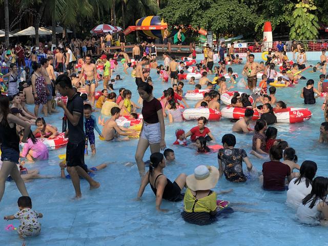 Đông nghẹt người xếp hàng tại công viên nước ở Sài Gòn trong ngày nghỉ lễ cuối cùng - Ảnh 2.