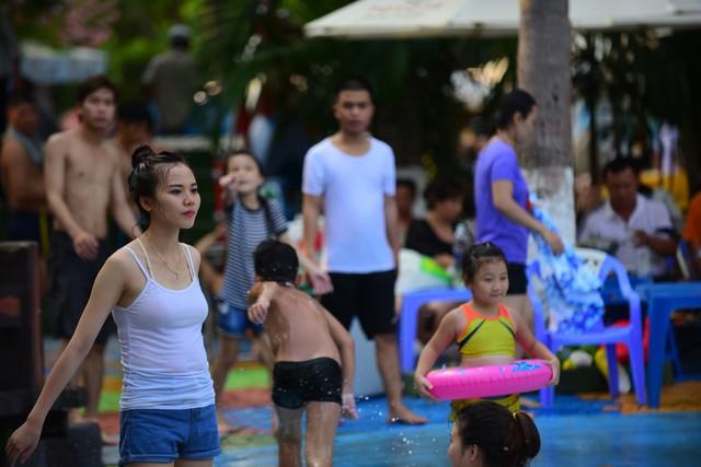 Đông nghẹt người xếp hàng tại công viên nước ở Sài Gòn trong ngày nghỉ lễ cuối cùng - Ảnh 12.