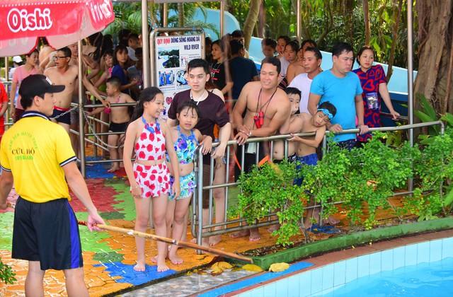 Đông nghẹt người xếp hàng tại công viên nước ở Sài Gòn trong ngày nghỉ lễ cuối cùng - Ảnh 14.