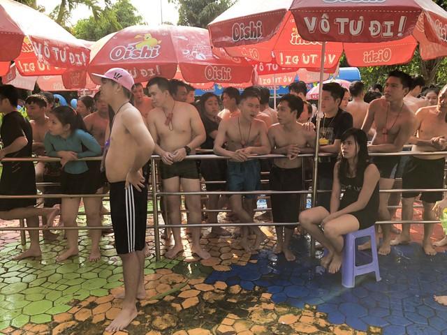 Đông nghẹt người xếp hàng tại công viên nước ở Sài Gòn trong ngày nghỉ lễ cuối cùng - Ảnh 3.