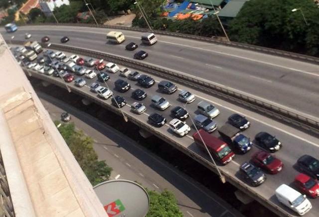Va chạm liên hoàn giữa 5 ô tô, đường vành đai 3 ùn tắc - Ảnh 3.