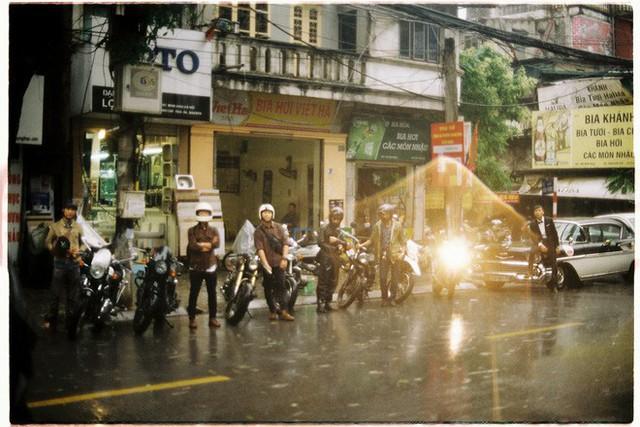 Hà Nội: Màn rước dâu bằng dàn xế cổ dưới trời mưa khiến bao người trầm trồ - Ảnh 5.