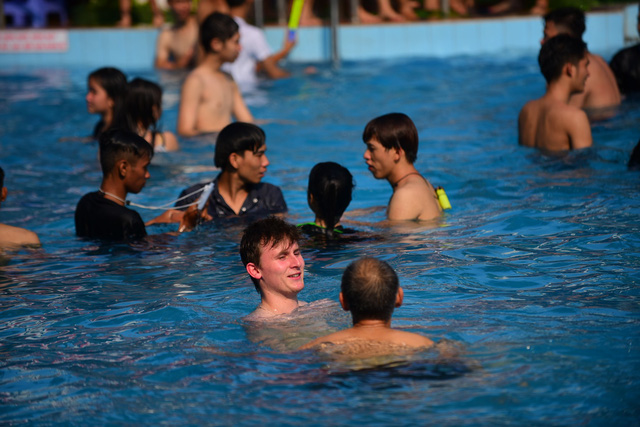 Đông nghẹt người xếp hàng tại công viên nước ở Sài Gòn trong ngày nghỉ lễ cuối cùng - Ảnh 5.
