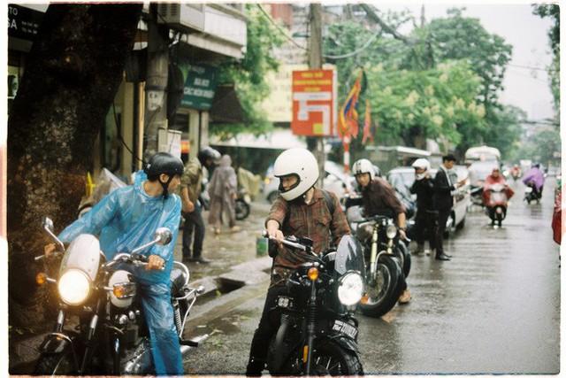 Hà Nội: Màn rước dâu bằng dàn xế cổ dưới trời mưa khiến bao người trầm trồ - Ảnh 6.