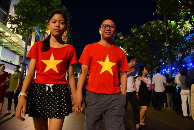 Biển người đổ ra bờ sông Sài Gòn xem bắn pháo hoa - Ảnh 7.