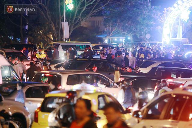 Đà Lạt chật kín du khách và phương tiện, các ngả đường ùn tắc kinh hoàng tối 30/4 - Ảnh 7.