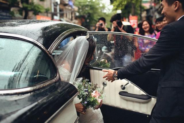 Hà Nội: Màn rước dâu bằng dàn xế cổ dưới trời mưa khiến bao người trầm trồ - Ảnh 8.