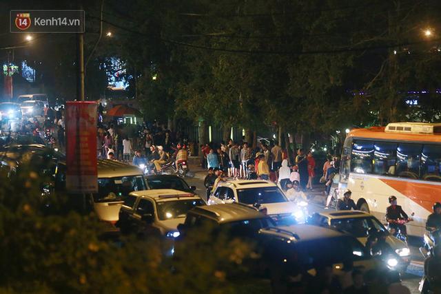 Đà Lạt chật kín du khách và phương tiện, các ngả đường ùn tắc kinh hoàng tối 30/4 - Ảnh 8.