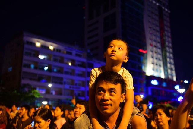 Biển người đổ ra bờ sông Sài Gòn xem bắn pháo hoa - Ảnh 9.