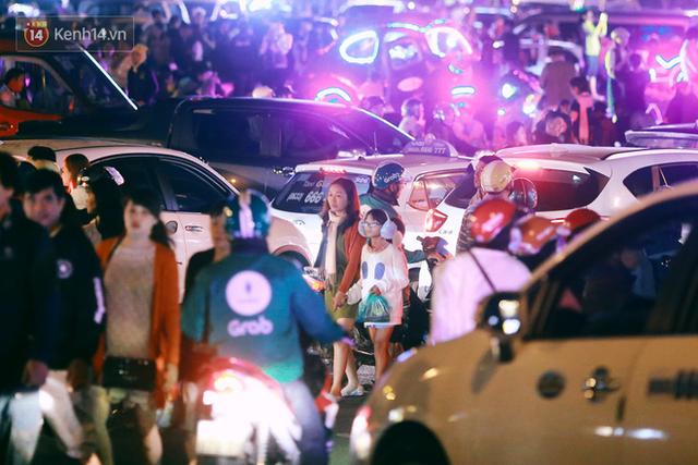 Đà Lạt chật kín du khách và phương tiện, các ngả đường ùn tắc kinh hoàng tối 30/4 - Ảnh 9.