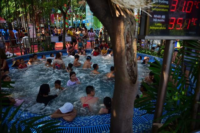 Đông nghẹt người xếp hàng tại công viên nước ở Sài Gòn trong ngày nghỉ lễ cuối cùng - Ảnh 9.