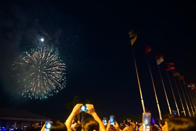 Biển người đổ ra bờ sông Sài Gòn xem bắn pháo hoa - Ảnh 10.