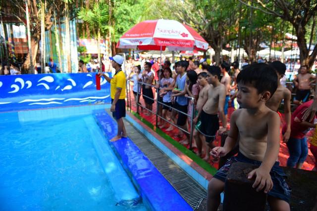 Đông nghẹt người xếp hàng tại công viên nước ở Sài Gòn trong ngày nghỉ lễ cuối cùng - Ảnh 10.