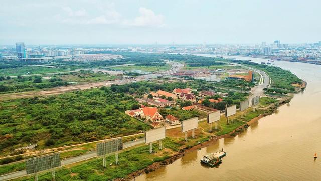 Tại tuyến đường ven sông Sài Gòn, ký hiệu R3 dài 3 km, mặt cắt ngang 28,1m chạy dọc theo bờ sông Sài Gòn, hiện đoạn từ hầm Thủ Thiêm tới cầu Thủ Thiêm 2 vẫn chưa được thi công.