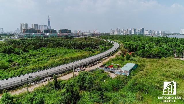Đường vùng châu thổ R4 dài 2,5 km, mặt cắt ngang 11,6 m kết nối các khu đất phát triển trong vùng ngập nước phía nam khu đô thị.