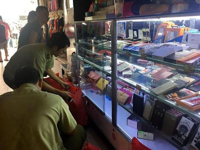 Hàng hiệu giả tràn lan trong chợ Bến Thành - Ảnh 2.
