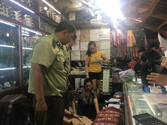 Hàng hiệu giả tràn lan trong chợ Bến Thành - Ảnh 3.