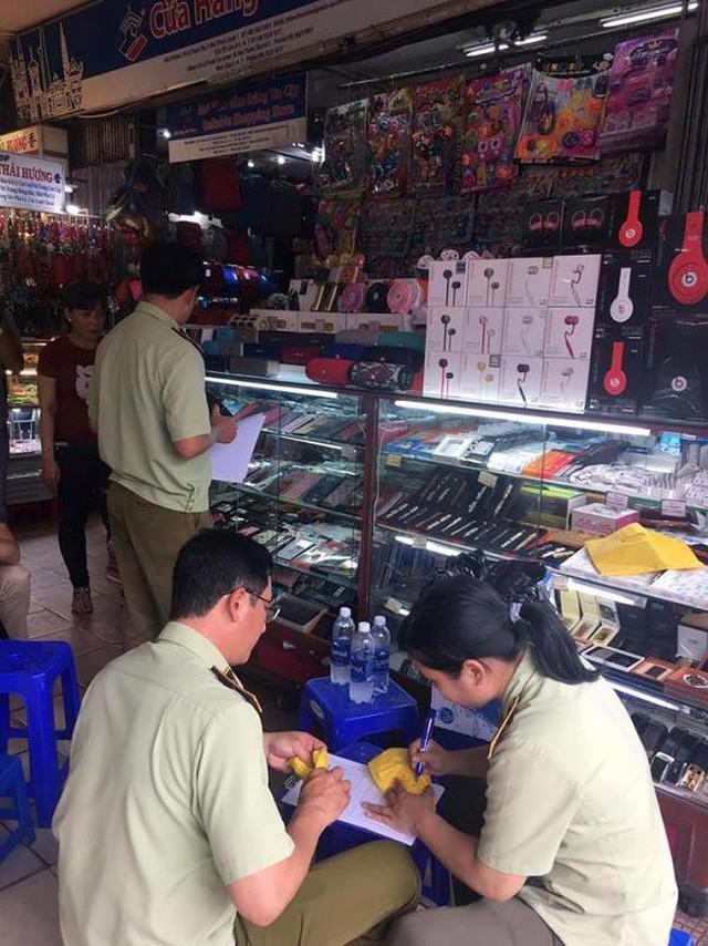 Hàng hiệu giả tràn lan trong chợ Bến Thành - Ảnh 4.