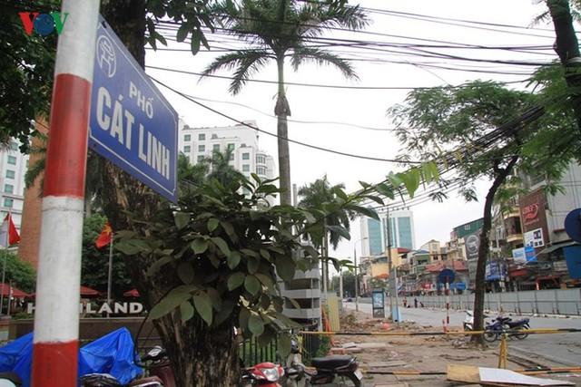 Hà Nội rào chắn, cấm đường để xây nhà ga Cát Linh - Ảnh 1.