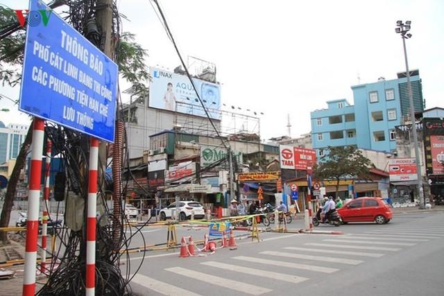 Hà Nội rào chắn, cấm đường để xây nhà ga Cát Linh - Ảnh 2.