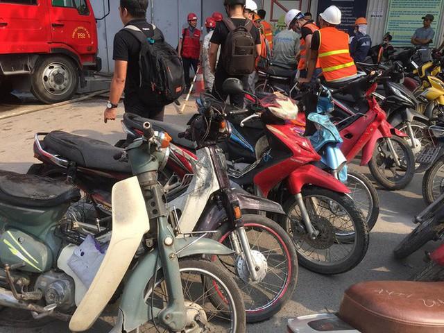 Cháy công trình xây dựng ở Bệnh viện Việt Pháp, hàng chục xe máy hư hỏng - Ảnh 2.