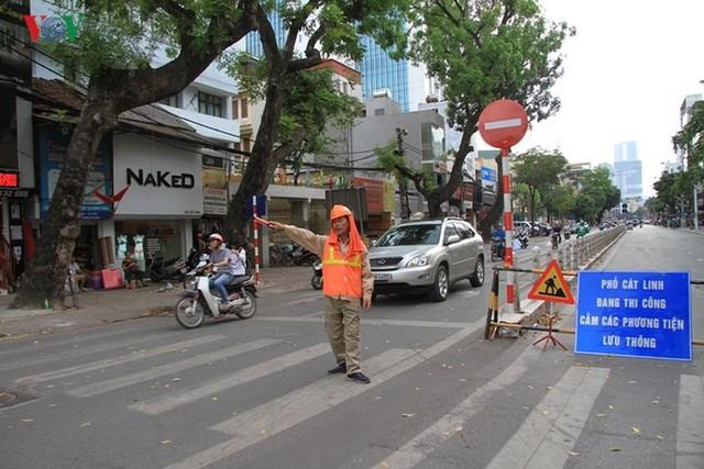 Hà Nội rào chắn, cấm đường để xây nhà ga Cát Linh - Ảnh 3.