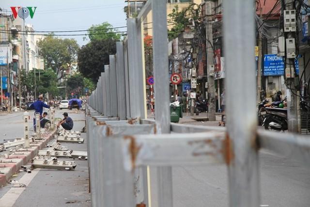 Hà Nội rào chắn, cấm đường để xây nhà ga Cát Linh - Ảnh 9.