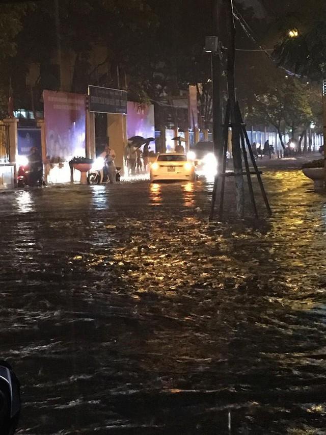 Chùm ảnh: Hàng nghìn phương tiện kẹt cứng trong đêm ở Hà Nội do mưa lớn - Ảnh 2.