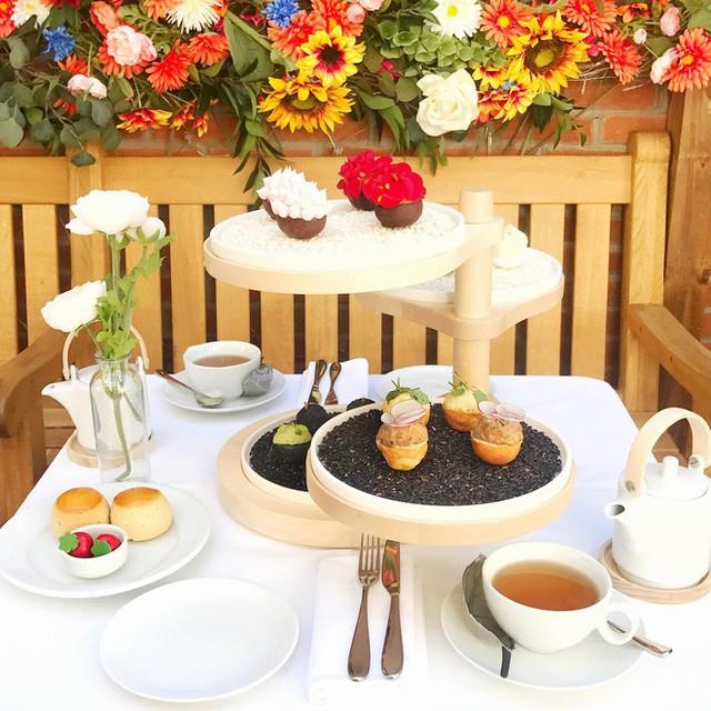 Đến Anh xem cách họ thưởng thức một bữa tiệc trà chiều sang chảnh có giá hơn 1 triệu đồng như thế nào - Ảnh 1.