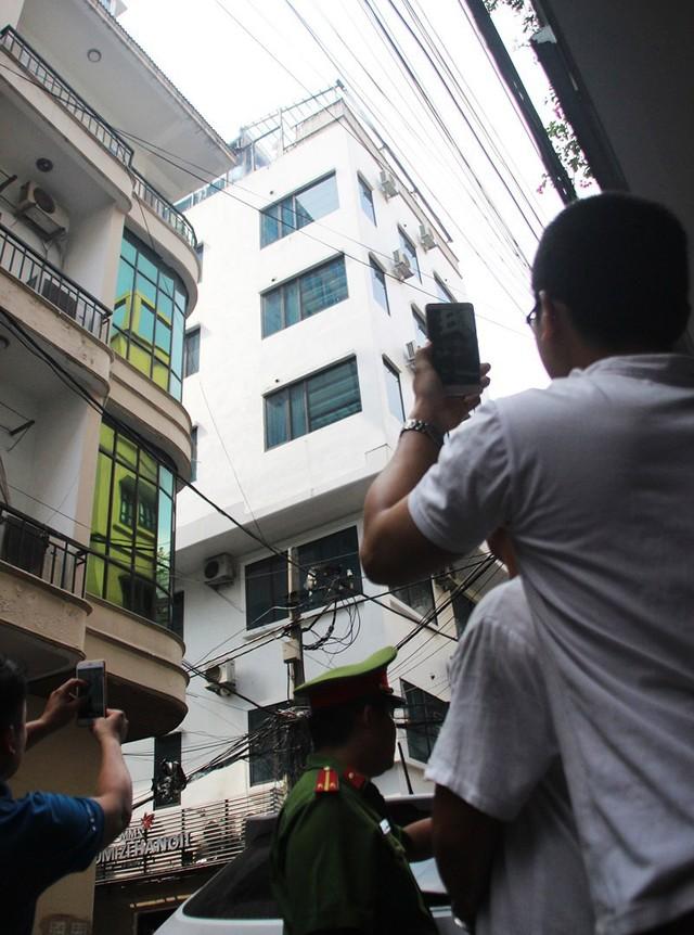 Cháy khách sạn ở Hà Nội, khách nước ngoài chạy tán loạn - Ảnh 1.