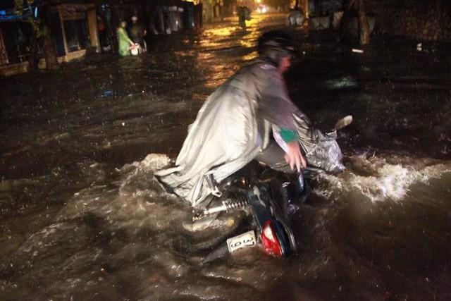 Chùm ảnh: Hàng nghìn phương tiện kẹt cứng trong đêm ở Hà Nội do mưa lớn - Ảnh 11.