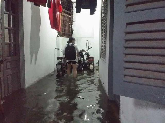 Dân Hà Nội vật vã về nhà trong đêm khuya sau 4 giờ mưa lớn, ngập sâu - Ảnh 13.