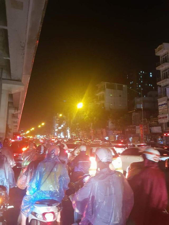 Chùm ảnh: Hàng nghìn phương tiện kẹt cứng trong đêm ở Hà Nội do mưa lớn - Ảnh 12.