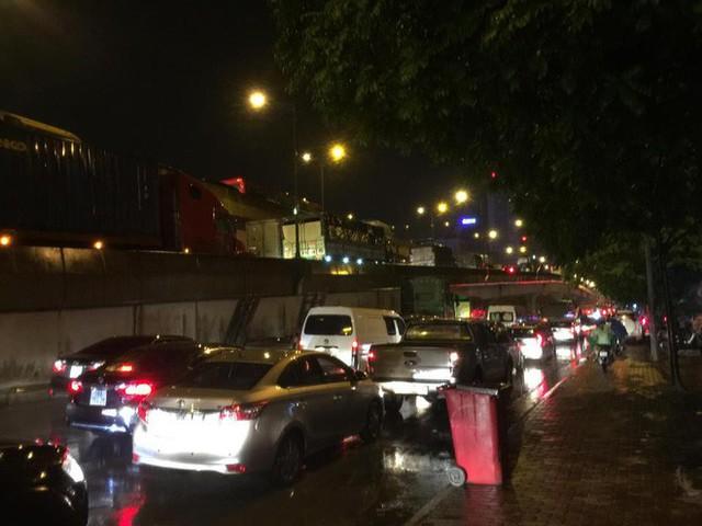 Chùm ảnh: Hàng nghìn phương tiện kẹt cứng trong đêm ở Hà Nội do mưa lớn - Ảnh 13.