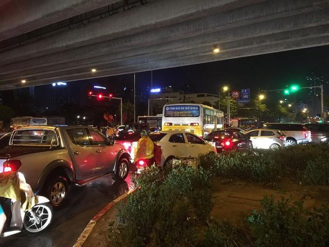 Chùm ảnh: Hàng nghìn phương tiện kẹt cứng trong đêm ở Hà Nội do mưa lớn - Ảnh 14.