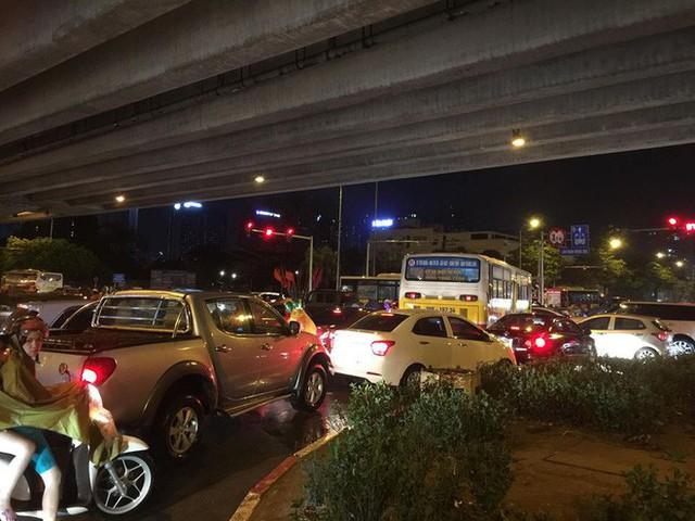 Chùm ảnh: Hàng nghìn phương tiện kẹt cứng trong đêm ở Hà Nội do mưa lớn - Ảnh 15.