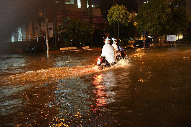 Dân Hà Nội vật vã về nhà trong đêm khuya sau 4 giờ mưa lớn, ngập sâu - Ảnh 22.