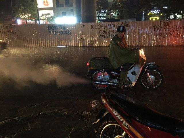 Chùm ảnh: Hàng nghìn phương tiện kẹt cứng trong đêm ở Hà Nội do mưa lớn - Ảnh 3.