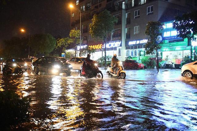 Dân Hà Nội vật vã về nhà trong đêm khuya sau 4 giờ mưa lớn, ngập sâu - Ảnh 23.