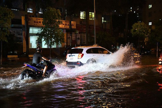 Dân Hà Nội vật vã về nhà trong đêm khuya sau 4 giờ mưa lớn, ngập sâu - Ảnh 24.