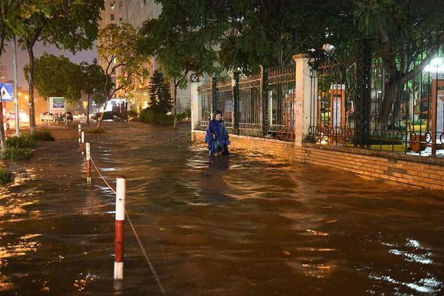 Dân Hà Nội vật vã về nhà trong đêm khuya sau 4 giờ mưa lớn, ngập sâu - Ảnh 25.