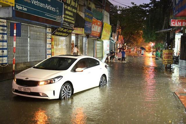 Dân Hà Nội vật vã về nhà trong đêm khuya sau 4 giờ mưa lớn, ngập sâu - Ảnh 28.
