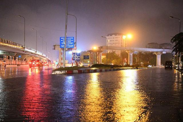 Dân Hà Nội vật vã về nhà trong đêm khuya sau 4 giờ mưa lớn, ngập sâu - Ảnh 30.