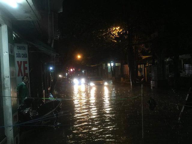 Chùm ảnh: Hàng nghìn phương tiện kẹt cứng trong đêm ở Hà Nội do mưa lớn - Ảnh 4.