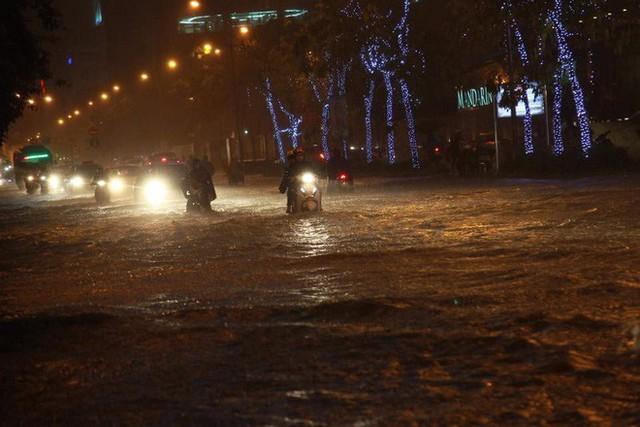 Dân Hà Nội vật vã về nhà trong đêm khuya sau 4 giờ mưa lớn, ngập sâu - Ảnh 38.