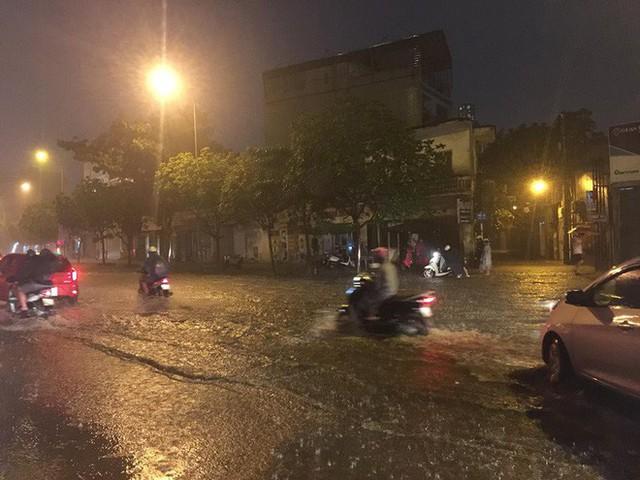 Dân Hà Nội vật vã về nhà trong đêm khuya sau 4 giờ mưa lớn, ngập sâu - Ảnh 5.