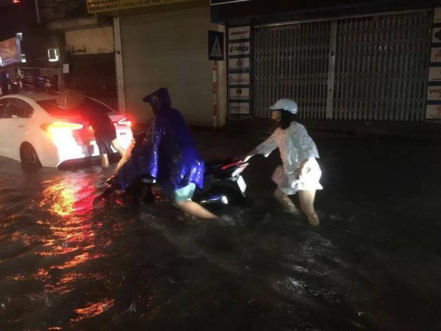 Chùm ảnh: Hàng nghìn phương tiện kẹt cứng trong đêm ở Hà Nội do mưa lớn - Ảnh 5.