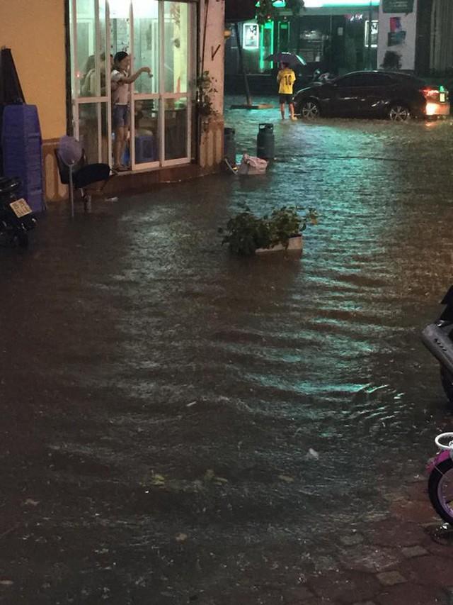 Chùm ảnh: Hàng nghìn phương tiện kẹt cứng trong đêm ở Hà Nội do mưa lớn - Ảnh 6.