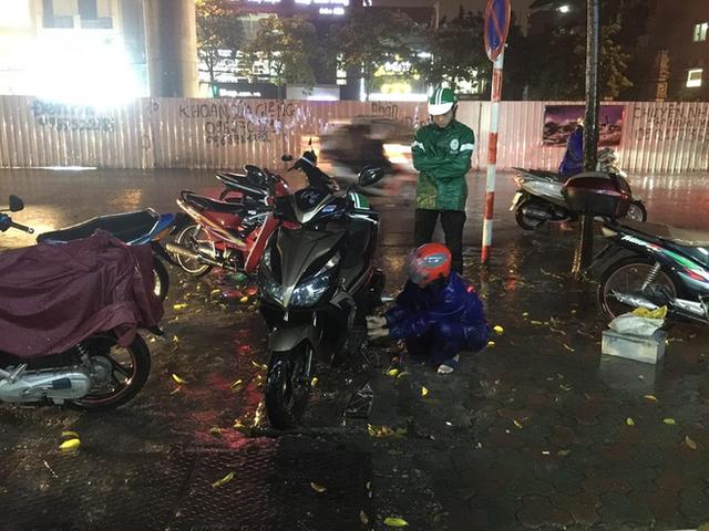Chùm ảnh: Hàng nghìn phương tiện kẹt cứng trong đêm ở Hà Nội do mưa lớn - Ảnh 7.